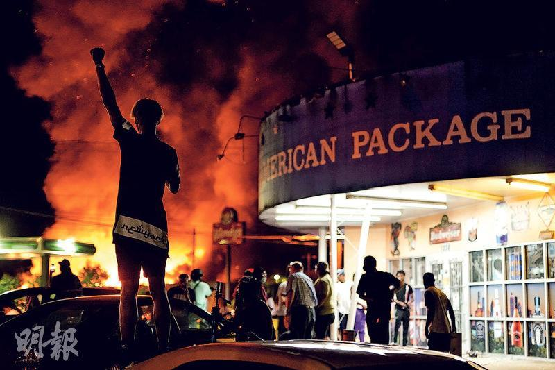 亞特蘭大市黑人男子布魯克斯上周五在Wendy's快餐店外遭警擊斃,該餐廳前天遭人縱火,現場火光熊熊。(路透社)