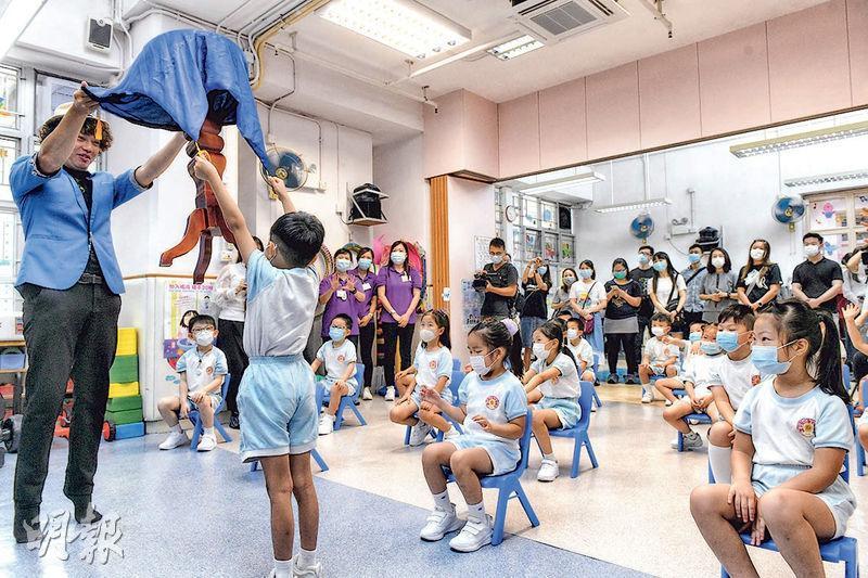 幼稚園高班至小三昨日復課,香港中國婦女會幼稚園舉行迎新會,邀請家長參與。迎新會設有一小時親子活動時間,以及魔術表演等。(林若勤攝)