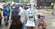 北京疫情反彈,截至昨日新增病例已達79宗。圖為昨日北京玉泉東市場附近的鐵建小區外,大批居民排隊等待核酸檢測。(明報記者攝)