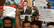 中印邊界爭端升級後,印度西北部城市艾哈邁達巴德昨舉行針對中國的抗議活動,有示威者高舉抗議標語,譴責解放軍對印軍人員的暴力行為。(路透社)