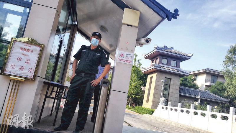 位於通州的北京國際會議中心已被徵用作隔離點,門口有警員和保安把守,出入要量體溫。(明報記者攝)