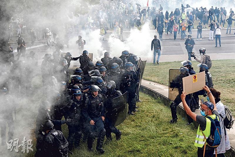 巴黎警察周二施放催淚彈驅散示威者。(路透社)