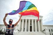 美國最高法院周一裁定《民權法》禁止僱主歧視員工的章節涵蓋針對性小眾的歧視。一名男子在判決後帶同彩虹旗到法院外揮舞。(法新社)