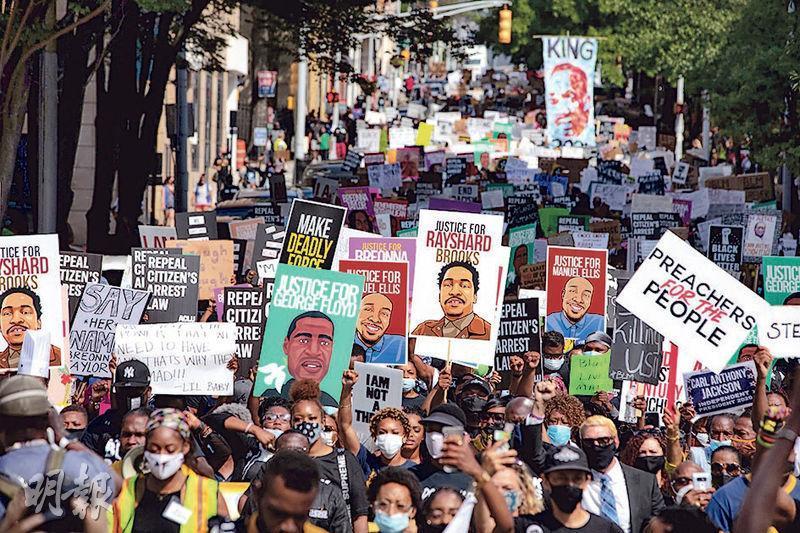 在亞特蘭大,周一有民眾遊行抗議警察日前槍殺黑人男子布魯克斯。(法新社)