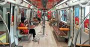 北京應急響應提高之後,街頭行人驟減,公共交通少人乘搭。平時擁擠的地鐵一號線,昨日整個車廂只有一兩名乘客,情况就和今年二三月時差不多。(明報記者攝)