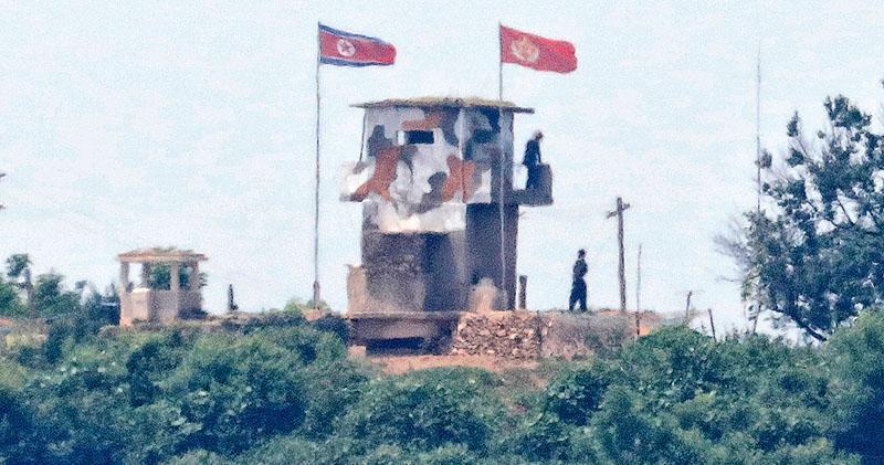 由韓國坡州拍攝的照片顯示,朝鮮境內鄰近非軍事區的哨所昨有士兵駐守。朝鮮昨稱將修復非軍事區內的監視哨所及作出一系列軍事部署,被視為等同廢除2018年與韓國簽的軍事協議。(路透社)