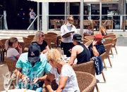 西班牙周一起推行重啟旅遊試驗計劃,率先開放地中海度假聖地巴利阿里群島予德國遊客。圖為遊客當日在最大島嶼馬略卡的酒店露台休憩。(法新社)