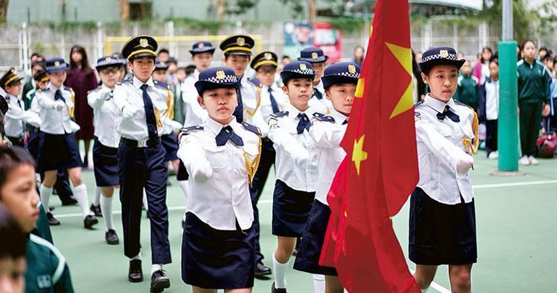 教育局以往沒明文規定每校升旗次數,《國歌條例》生效後,當局昨更新指引,學校每年至少有3次升掛國旗和區旗及奏唱國歌,包括元旦日(1月1日)、回歸(7月1日)、國慶(10月1日)的慶祝活動日。圖為香港教育工作者聯會黃楚標學校早前於戶外舉行升旗禮。(學校提供)