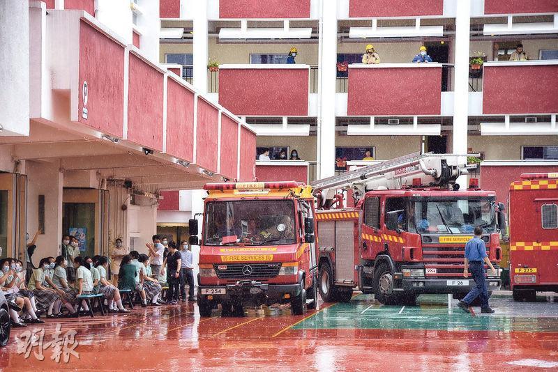 藍田聖保祿中學發生化學品泄漏事故,逾百名女生及教職員疏散到校內操場暫避,多輛消防車在場戒備。(王思穎攝)