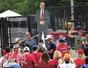 美國總統特朗普在俄克拉荷馬州塔爾薩舉行自疫情封城以來的首次競選集會前夕,其支持者昨日在會場後豎起他的人像紙牌,為集會作準備。(法新社)