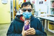 許先生(圖)的太太廖女士(手機內相片)去年12月中風入院,接受首次手術時要暫時切除部分頭骨,原本今年初裝回,但因疫情等原因一直未能重置頭骨,至今留醫半年。隨着公立醫院恢復服務,許先生最近獲院方口頭通知,擬下月為其妻重置頭骨。(資料圖片)