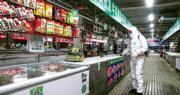 百事旗下的樂事薯片北京大興生產廠近日發現8人確診新冠肺炎,其中有2人曾到過此次北京疫情發源地新發地市場。圖為北京消毒人員上周在大興區一處農貿市場消毒。(網上圖片)