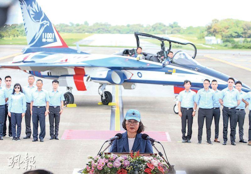 台灣勇鷹高級教練機昨日上午首飛成功,台灣總統蔡英文(中)在首飛典禮致辭。(中央社)