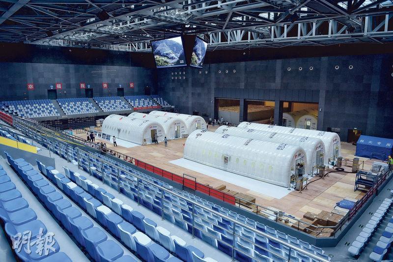 出於疫情防控工作需要,北京正搭建一個可移動、自動化、大用量的核酸檢測實驗室。圖為6月22日,北京首座氣膜版核酸檢測實驗室搭建完畢。(新華社)
