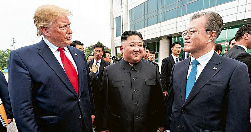 2019年6月30日,美國總統特朗普(左)、朝鮮領袖金正恩(中)及韓國總統文在寅(右)在朝韓非軍事區會談,是特朗普繼兩次「特金會」後,與金正恩第三次會面。(網上圖片)