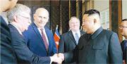 時任美國國家安全顧問的博爾頓(左二)2018年出席第一次特金會,與朝鮮領袖金正恩(右二)握手。(網上圖片)