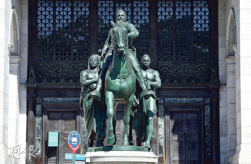 紐約自然歷史博物館前的老羅斯福像兩側站立美國原住民及黑人,涉種族歧視,將會被移走。(法新社)