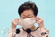 特首林鄭月娥昨日在出席行政會議前見記者,她所戴的「銅芯抗疫口罩」頻頻滑至鼻下,稱「今日個口罩麻麻哋」。(楊柏賢攝)