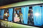 衛生署昨用兩輛28座旅遊巴,送阿聯酋航空10名內地乘客往鯉魚門公園度假村隔離。(蔡方山攝)