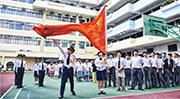 教育局最新指引中小學必須在舉辦慶祝元旦日(1月1日)、香港特別行政區成立日(7月1日)及國慶日(10月1日)的活動升掛國旗和區旗及奏唱國歌。創知中學校長黃晶榕稱,除以上日子,該校開學禮、散學禮等場合都會升國旗及奏唱國歌,每年舉行20多次升旗禮。圖為去年該校慶祝特區成立日(7月1日)舉行升旗禮。(學校提供)