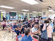 公立醫院陸續恢復服務,公院藥房輪候配藥的病人眾多,有藥劑師表示病人輪候動輒逾一小時,不利防疫,病人亦感辛苦。(楊柏賢攝)