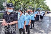 北京第二波疫情爆發後,官方實施大規模檢測,目前已為逾800萬人採樣。圖為昨日北京一個檢測站,人們排隊等候接受新冠病毒咽拭子測試。(法新社)