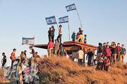 在西岸城市希伯倫以北的巴人城鎮哈勒爾(Halhul)旁邊山丘,前天有以色列移民集會,反對美國提出的和平方案未能讓以色列盡吞巴人土地。(法新社)