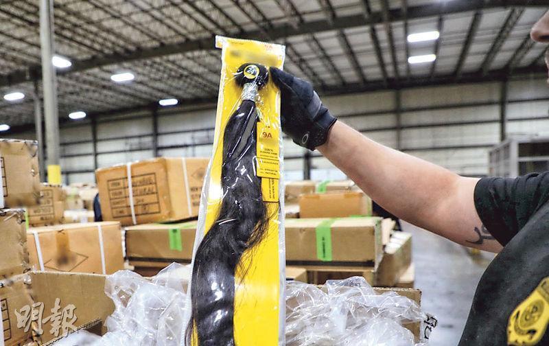 美國海關昨表示在上月初查扣一批來自新疆的真人頭髮製品(圖),懷疑這批貨物涉及強制勞動、童工等侵犯新疆人權問題。(法新社)