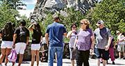 美國總統特朗普準備趁獨立日在總統山舉行放煙花活動慶祝,他本人今日(3日)還會到場,在放煙花前發表演說。圖為周三有遊客觀賞總統山。(法新社)