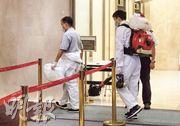 任職貨機機師的54歲男確診者前日曾到尖沙嘴漢口道28號亞太中心的卓健醫療中心,向李樂軒醫生求醫;昨晚約10時有清潔人員到亞太中心清潔。(劉焌陶攝)