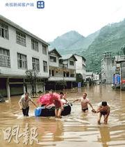 上月30日,雲南鎮雄縣暴雨水浸,救援人員用輪胎轉運一名產婦,結果產婦在輪胎上誕下男嬰。(網上圖片)