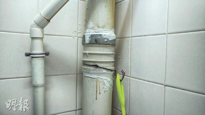 祿泉樓爆發疫情後,多個單位廁所污水渠的接駁位以玻璃膠修補(圖),相信是房署維修人員事後做的防疫措施。(曾憲宗攝)