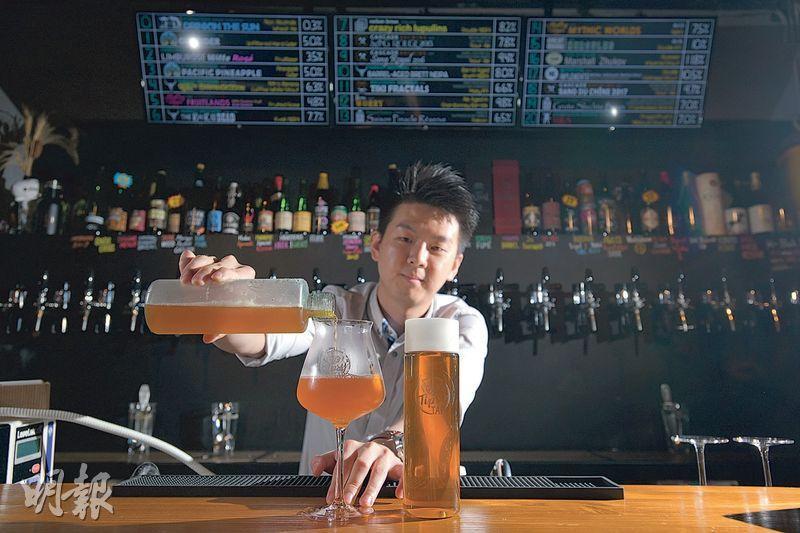 Tipsy Tap主打手工啤酒,在疫情期間特別推出啤酒外送服務,負責人之一Dicky稱餐廳外賣訂單增長10倍,令餐廳生意未因限聚令及酒吧停業等措施而大受影響。(黃志東攝)