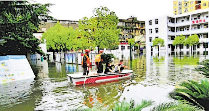 長江流域近期普降暴雨,多地發生洪災。圖為7月4日,湖北黃岡被暴雨襲擊,部分地區積水嚴重,消防隊員用小船轉移被困群眾。(網上圖片)