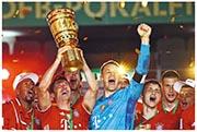 羅拔利雲度夫斯基(捧盃者)腳風奇順,協助拜仁蟬聯德國盃冠軍;隊長紐亞(藍衫)更憧憬重奪歐聯。(Getty Images)