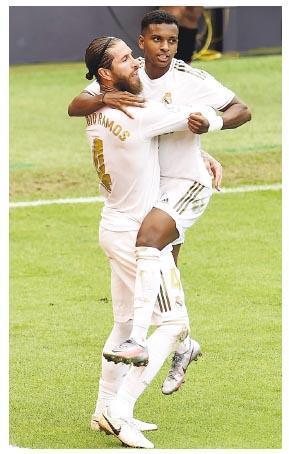 沙治奧拉莫斯(左)取得西甲復賽7戰個人第5個入球,抱起皇馬隊友前鋒洛迪高高斯(右)慶祝。(Getty Images)