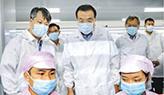 國務院總理李克強(中)昨日在貴州銅仁考察一家科技公司。(網上圖片)