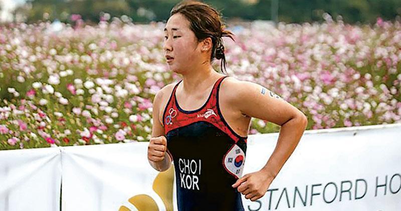 韓國女子三項鐵人賽選手崔淑賢,最近以死控訴所屬團隊教練等人對她的身心折磨,引起舉國關注。圖為崔淑賢生前參賽情况。(法新社)