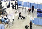 機組人員獲豁免檢疫一直被專家批評是防疫漏洞,直至本港爆發第三波疫情,食物及衛生局昨公布今日起,所有機組人員和船員經機場入境要留樣本驗病毒。圖為機場禁區,衛生署人員查問抵港機組人員情况。(朱安妮攝)