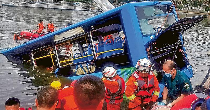 貴州安順一輛載有高考生的巴士昨在行駛間突然轉向並衝入一個水庫,造成至少21人死亡。圖為搜救現場。(法新社)