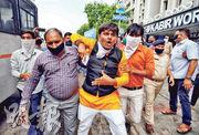 印度有示威者周一(6日)上街要求抵制中國貨,被便衣警員帶走。(路透社)