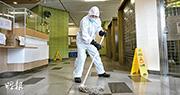 下午1時許,水泉澳邨明泉樓有清潔工人到大堂清潔。(賴俊傑攝)