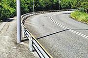 女子騎單車於亞公角山路落斜彎時失控「自炒」,撼向路邊防撞欄,受傷昏迷,送院搶救後不治。