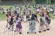 北海道白老町波羅多湖畔的阿伊努文化設施「民族共生象徵空間」昨日開業,一群舞蹈員跳阿伊努族傳統舞蹈娛賓。(法新社)