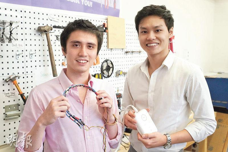 Luxetics共同創辦人郭風乘(左)和何韋燃研發近紅外光裝置,希望協助認知障礙症患者及家屬,他們手上為研發中的第三個原型。(楊柏賢攝)