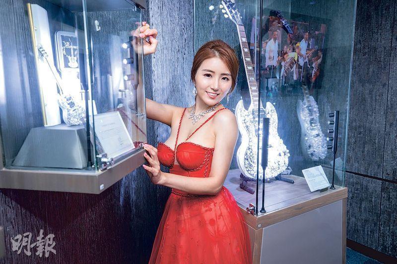 為慈善出寫真的35D李芷菱,以不同形象示人。