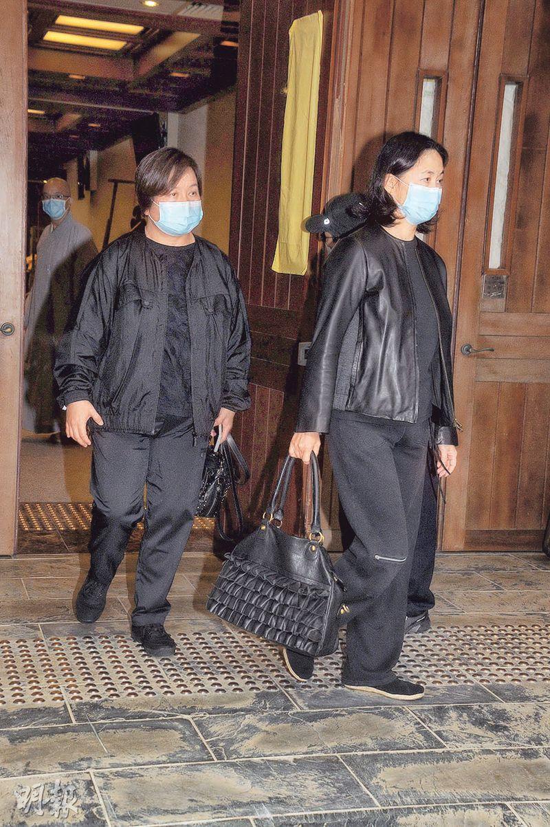 何超蕸(左)與胞姊何超瓊(右)一同離開佛堂。(攝影:孫華中)
