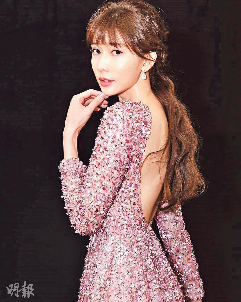 穿露背長裙的林志玲,婚後首次現身擔任頒獎禮嘉賓。(網上圖片)