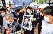 韓國捲入性醜聞的首爾市長朴元淳的出殯行列昨晨抵達首爾市政府廣場。其喪禮在首爾大學醫院舉行,限執政黨、市政府官員和民間團體代表等100餘人出席。5天之間逾2萬市民前往弔唁。(路透社)