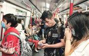 政府今日起規定乘搭公共交通工具乘客必須戴口罩,昨日港鐵車廂內有乘客無戴口罩。(劉焌陶攝)